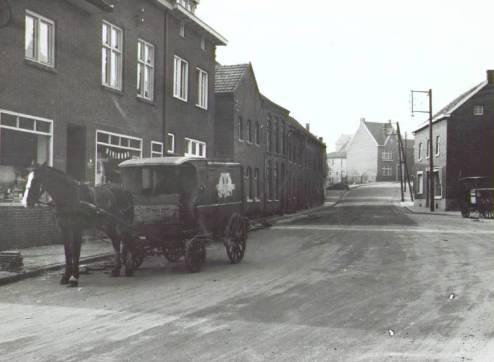 Bron: Rijckheyt.nl | Brood werd vroeger nog met paard en wagen thuis bezorgd. Hier aan de Palenbergstraat een broodventer van Ons Dagelijks Brood