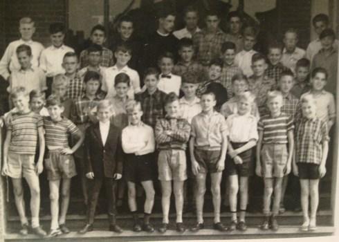 Bron: Ton Otten | Klas 6 met broeder Seraficus in het midden. Ton staat helemaal links, tweede van boven, onder die jongen met het blonde haar.