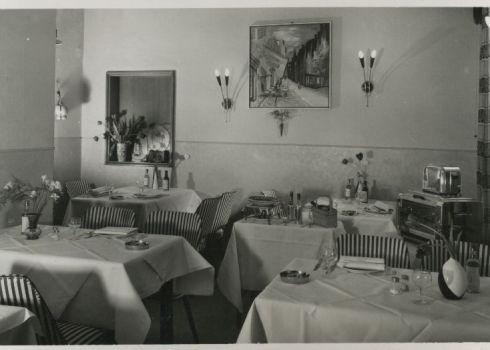 Bron: Rijckheyt.nl | Stationstraat. Interieur hotel-café-restaurant Lindelauf.  (Omstreeks 1957)