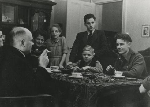 Bron: Rijckheyt.nl | Oranje Nassaustraat. Het gezin M.Begas. Rechts de ingekwartierde Amerikaanse soldaat Pierre Chanut, geboren op 23 oktober 1924