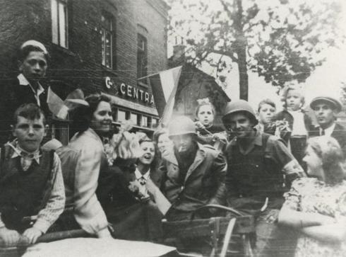 Bron: Rijckheyt.nl | Bautscherweg. Plaatselijke bevolking verwelkomt de Amerikaanse bevrijders.