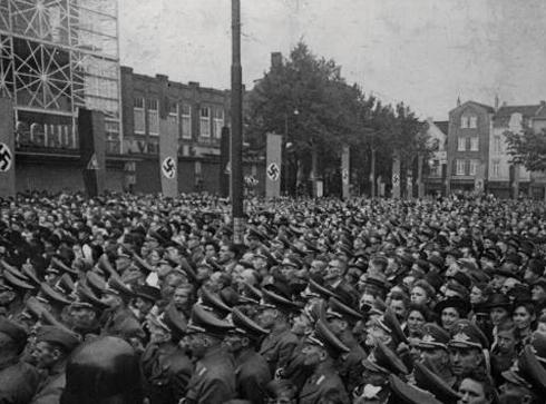 Bron: Rijckheyt.nl | Bijeenkomst van Nazi's & NSB'ers op de Bongerd in Heerlen, op 12 Mei 1942. Op de achtergrond prijken de Swastika en NSB vlaggen.