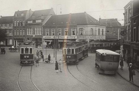 Bron: Rijckheyt.nl   Emmaplein (1929). Rechts een lijnbus van de gemeentelijke autobusdienst. Van rechts naar links: Klinkenberg, schoenmaker, damesmode en babyartikelen, de Uniewinkel, levensmiddelen, café Hundscheid (hoek Akerstraat), damesmodemagazijn Heitkonig, kruidenier Krekelberg, slagerij Klinkenberg, de stoffenhandel van de gezusters Knops, kaarsenhandel Sjang Knops, organist van de St.Pancratiuskerk.