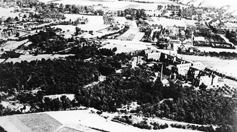 Bron: Rijckheyt.nl   Luchtfoto van de Vroedvrouwenschool en omgeving. Op de voorgrond het Imstenraderbos.