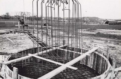 Bron: Rijckheyt.nl | Meezenbroekerweg (21-4-1954). Fundering voor de nieuwe gashouder.