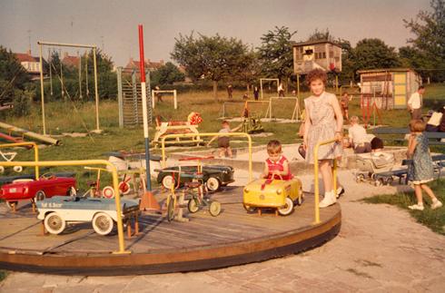Bron: Collectie Ton Hotterbeekx   De speeltuin achter de kleuterschool.