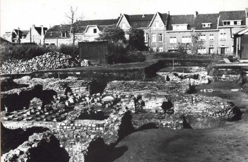 Bron: Rijckheyt.nl   Coriovallumstraat. Romeinse thermen te Heerlen tijdens de openlegging in 1954.