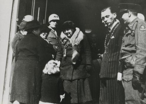 Bron: Rijckheyt.nl | Raadhuisplein. Ontvangst van koningin Wilhelmina bij haar eerste bezoek aan Heerlen na de bevrijding. Naast haar de burgemeester van Heerlen M. van Grunsven.