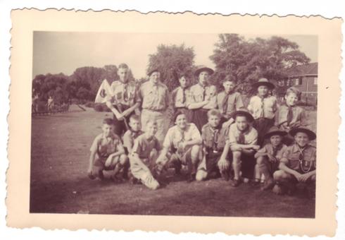 Bron: Rijckheyt.nl   Meezenbroek (1955). Groepsfoto padvinders Coriovallum Groep 2 uit Meezenbroek met op bezoek zijnde Engelse padvinders uit Minchinhampton Gloucester.