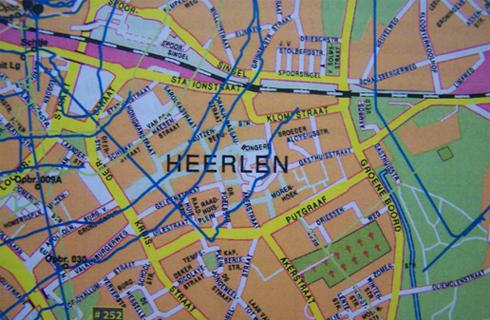 Bron: Nederlands Mijnmuseum | Heerlen Centrum met de er onder lopende mijngangen (blauw 109 m/v, groen 168 m/v).