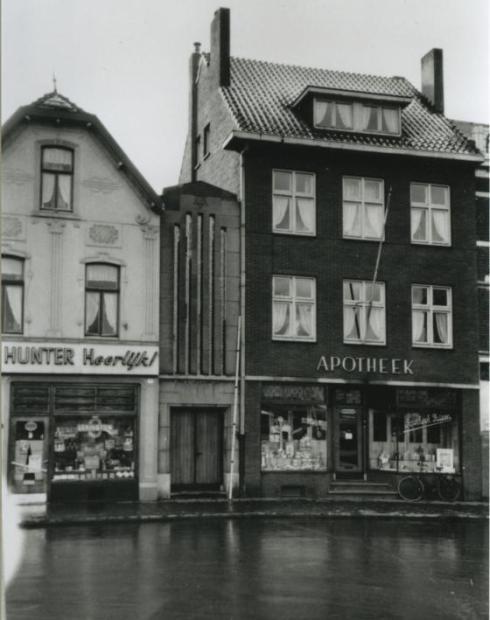 Bron: Rijckheyt.nl | Stationsplein. Links van apotheek Ritzen de toegangspoort naar de synagoge.