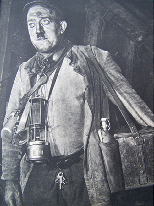Bron: Nederlands Mijnmuseum | De schiethouwer in vol ornaat. Vanaf links: de Ohmmeter, het tasje met ontstekers, de benzinelamp, de sleutels van de munitiekist en de munitiekist