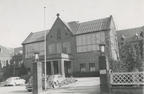 Bron: Rijckheyt.nl   Putgraaf. Hoofdingang van het St.Jozefziekenhuis.