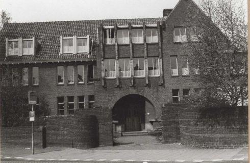 Bron: Rijckheyt.nl | Kerkraderweg (mei 1978). Hoofdingang van de Broederschool (Onze Lieve Vrouweschool II).