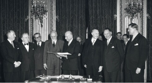 Bron: Europarl.europa.eu | 18 april 1951 | Uiteindelijke ondertekening in Parijs van verdrag tot oprichting van de Europese Gemeenschap voor Kolen en Staal (EGKS) werd in Parijs ondertekend door België, Frankrijk, Italië, de Bondsrepubliek Duitsland, Luxemburg en Nederland.