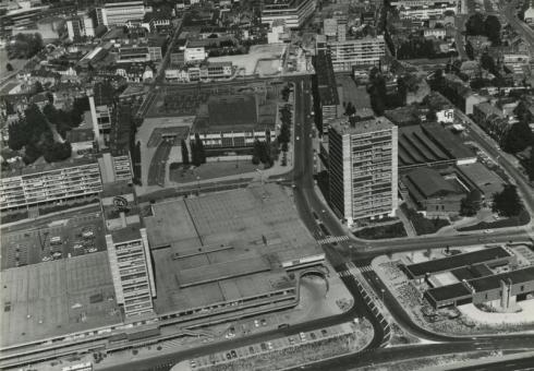 Bron: Rijckheyt.nl | Luchtfoto van winkelcentrum 't Loon. In het midden de Stadsschouwburg.