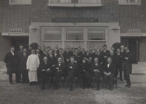 Bron: Rijckheyt.nl | Kapelaan Berixstraat (15-2-1923). Opening van de badinrichting. Zittend van links naar rechts: De Hesselle, oud-burgemeester van Heerlen, Van Oppen, burgemeester van Maastricht, Waszink, burgemeester van Heerlen, N.N., N.N., en van de Camp, voorzitter Groene Kruis Sittard.