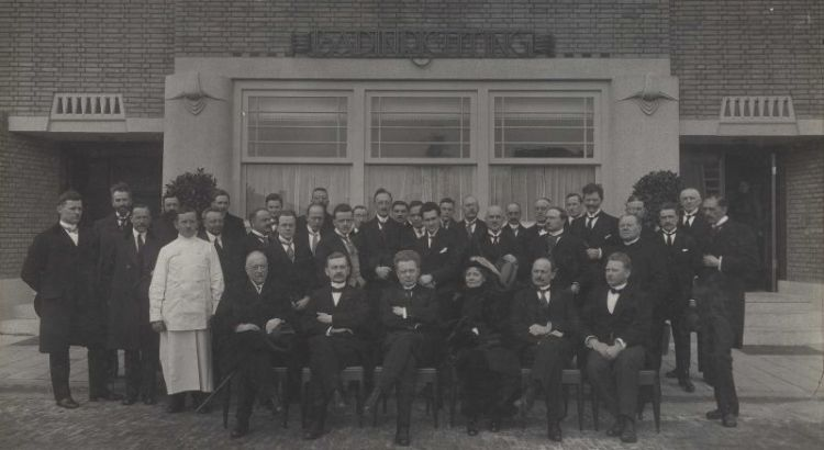 Bron: Rijckheyt.nl | Kapelaan Berixstraat (15-2-1923). Opening van de badinrichting. Zittend van links naar rechts: De Hesselle, oud-burgemeester van Heerlen, Van Oppen, burgemeester van Maastricht, Waszink, burgemeester van Heerlen, N.N., N.N., en van de Camp, voorzitter Groene Kruis Sittard (15-02-2012).