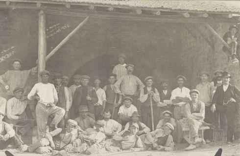 Bron: Rijckheyt.nl |  Voerendaal (±1915). Belgische geïnterneerden in Nederland tijdens de Eerste Wereldoorlog (1914-1918). Geïnterneerden en anderen in een kalkoven te Voerendaal.
