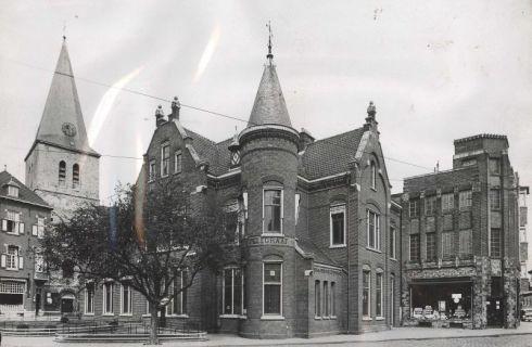 Bron: Rijckheyt.nl | Van de Gruyter aan de Kerkraderweg zijn - vooralsnog geen foto's te achterhalen. Deze vestiging lag aan het Emmaplein (2-4-1938). Links het postkantoor, rechts de winkel van P.de Gruyter.