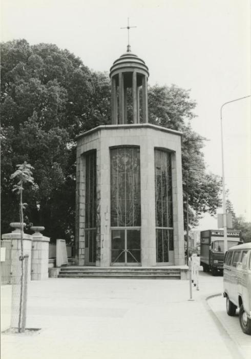 Bron: Rijckheyt.nl | Vredeskapel bij de ingang van de Openbare Begraafplaats in de Akerstraat. Ontworpen door architect F.Peutz. De glas-in-loodramen zijn van E.Laudy (1978)