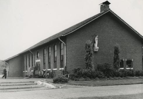 Bron: Rijckheyt.nl | Ganzeweide (16-7-1957). Schoolgebouw van de Ondergrondse Vak School (OVS) van de Oranje-Nassaumijn III. In de gevel het beeld van de H.Barbara, patrones van de mijnwerkers.