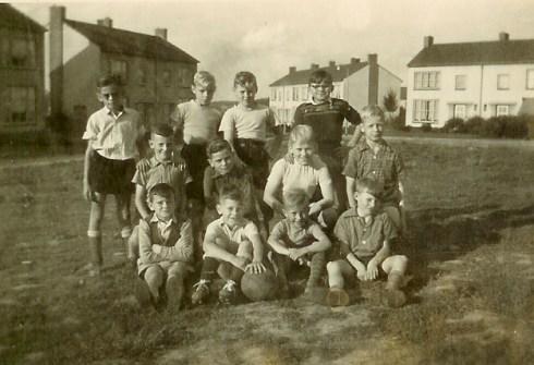 Bron: Privé collectie | Buiten spelen met jeugd uit de Witte Wijk. Molenberg voetbalelftal 1954. Molenberg voetbalelftal 1954