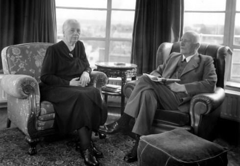 Bron: Aachen-webdesign.de | Peter Schunck en zijn vrouw Christina Cloot In de erker op de daktuin (1953).