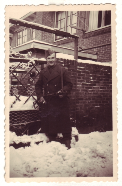 Bron: Rijckheyt.nl   Heemskerkstraat (1944). Portret G. van der Veen. Stoottroeper op kort verlof in de Heemskerkstraat (Meezenbroek)