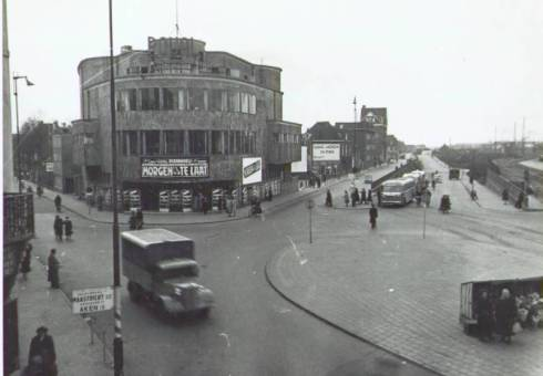 Bron: Rijckheyt.nl | Stationsplein. Links op de hoek Stationstraat/Stationsplein/Parallelweg het Royal theater, ontworpen door architect F.Peutz (ca. 1950)