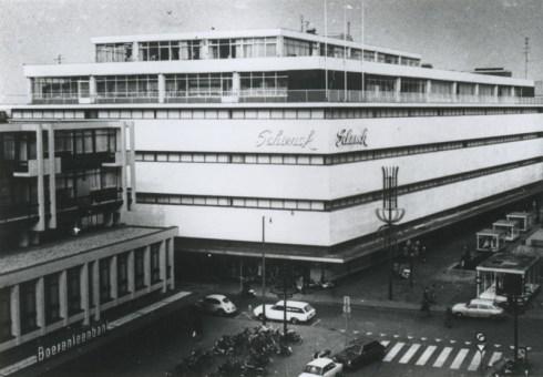 Bron: Rijckheyt.nl |  Winkelpand van de firma Schunck. Voor het gebouw links de Honigmanstraat (1972)