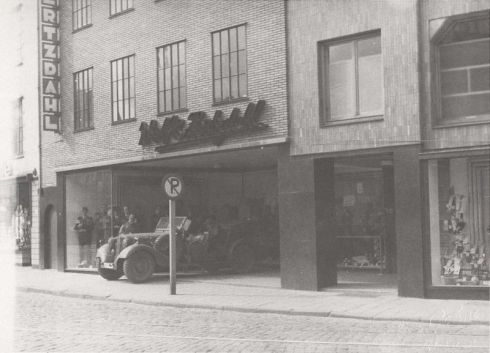 Bron: Rickheyt.nl   Duitse auto in de hal van kledingmagazijn Wolf & Hertzdahl tijdens de inval op 10 mei 1940.
