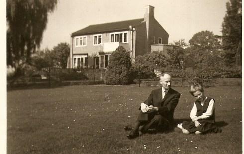 Dhr. Belt en Susanne bij villa Dinger sept 1964