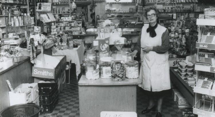 Bron: Rijckheyt.nl   Mevrouw Swinkels in haar kruidenierswinkel.