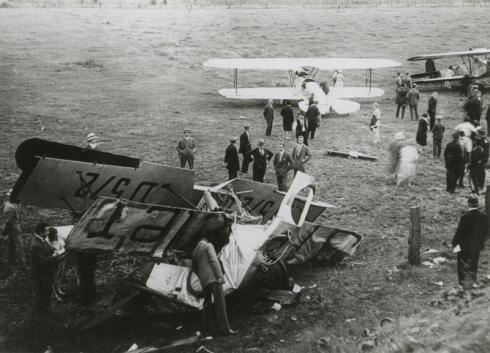 Tijdens een vliegshow in Heerlerheide stortte een vliegtuig neer. Er vielen tientallen doden en gewonden.