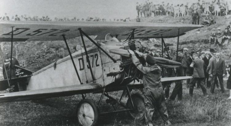 Bron: Rijckheyt.nl | Ramp met een Duits vliegtuig. Foto gemaakt vlak voor het ongeluk. Piloot Gesler bezig met het opstarten van de motor. Op de achtergrond de heuvel met daarop de tribune waar het vliegtuig neerstortte.