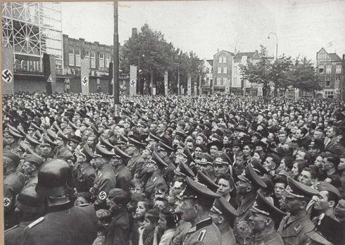 Bron: Rijckheyt.nl | Bongerd (11-5-1942). Duizenden Duitsers en Nederlanders, leden van de N.S.D.A.Pen van de N.S.B luisteren naar een toespraak van dr. Robert Ley. Hierbij waren Seys Inquart, rijkscommissaris van het bezette Nederland, Van Geelkerken, plaatsvervangend leider van de N.S.B. en F. Schmidt, generaal-commissaris aanwezig.