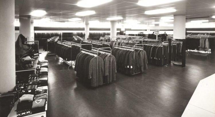 Bron: Rijckheyt.nl | Afdeling herenkleding van warenhuis Schunck.