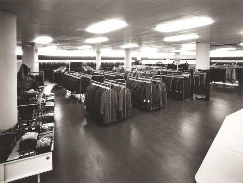 Bron: Rijckheyt.nl   Afdeling herenkleding van warenhuis Schunck.