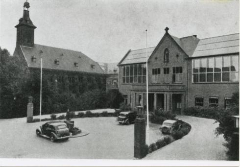 Bron: Rijckheyt.nl | St.Jozefziekenhuis. Rechts de hoofdingang. Links de kapel.