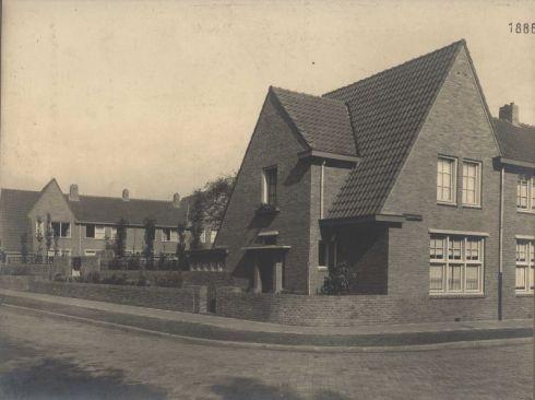 Bron: Rijckheyt.nl | Vignonstraat/hoek Dobbelsteijnstraat. Links de achtergevels van de woningen aan de Meezenbroekerweg.