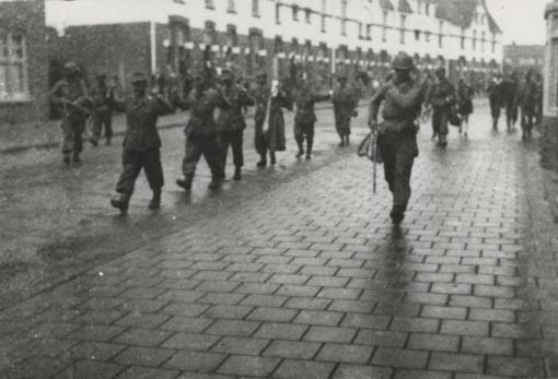 Bron: Rijckheyt.nl | Duitse krijgsgevangenen worden door Amerikaanse soldaten afgevoerd op de Benzenraderweg (18-09-1944)