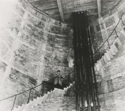 Bron: Dhr. B.Crombach op de wenteltrap in de watertoren van de Oranje-Nassaumijn I (watertoren Zeswegen).