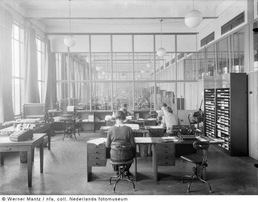 Bron: Gahetna.nl   Administratie op het hoofdkantoor, Oranje Nassau Mijnen, Heerlen (1938-1939)