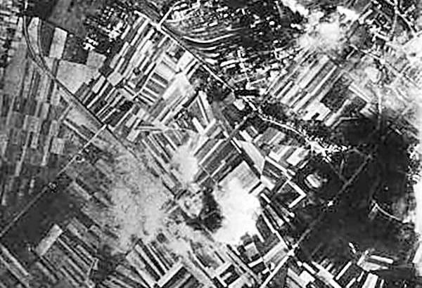 Bron: WO2 sharepoint | Geleen vanuit de lucht, vlak voor het bombardement. De staatsmijn Maurits ligt bovenaan de foto.