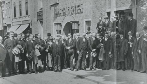 Bron: Rijckheyt.nl | Autoriteiten en genodigden die de eerste rit met de tram Heerlen-Aken maakten. Op de achtergrond het Grand Hotel