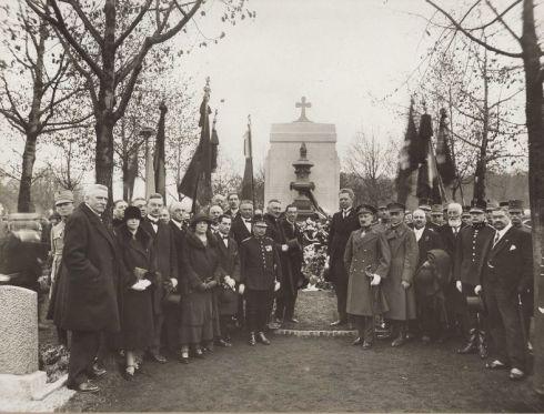 Bron: Rijckheyt.nl |  Onthulling van het Belgisch grafmonument op de Algemene Begraafplaats. Nederlandse en Belgische autoriteiten bij het monument. In de rechterrij helemaal links burgemeester M.A.M.Waszink.
