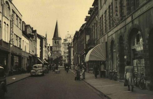 Bron: Rijckheyt.nl | Oranje Nassaustraat. Op de achtergrond de St.Pancratiuskerk en het Glaspaleis.