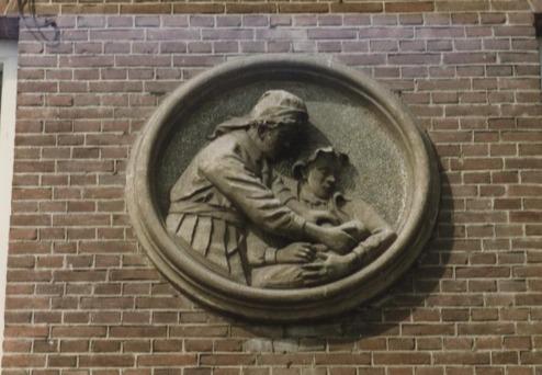 Bron: Rijckheyt.nl | Vroedvrouwenschool. Ontworpen door architect Jan Stuyt. Boven de ingang een reliëf voorstellende een vroedvrouw die het kind aan de moeder geeft..