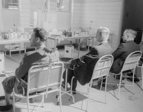 Bron: geheugenvannederland.nl / Nico Jesse | Behandelkamer van de mijnarts, Oranje Nassau Mijnen, Heerlen (1952-1953)